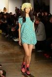 NEW YORK, NY - 10. SEPTEMBER: Ein Modell geht die Rollbahn an der Jeremy Scott-Modeschau Lizenzfreies Stockfoto
