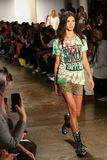 NEW YORK, NY - 10. SEPTEMBER: Ein Modell geht die Rollbahn an der Jeremy Scott-Modeschau Lizenzfreie Stockbilder