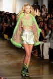 NEW YORK, NY - 10. SEPTEMBER: Ein Modell geht die Rollbahn an der Jeremy Scott-Modeschau Lizenzfreie Stockfotos