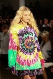 NEW YORK, NY - 10. SEPTEMBER: Ein Modell geht die Rollbahn an der Jeremy Scott-Modeschau Stockbilder