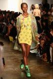 NEW YORK, NY - 10. SEPTEMBER: Ein Modell geht die Rollbahn an der Jeremy Scott-Modeschau Stockfoto