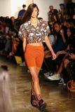 NEW YORK, NY - 10. SEPTEMBER: Ein Modell geht die Rollbahn an der Jeremy Scott-Modeschau Stockfotografie