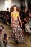 NEW YORK, NY - 10. SEPTEMBER: Ein Modell geht die Rollbahn an der Jeremy Scott-Modeschau Lizenzfreies Stockbild