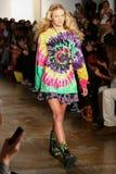 NEW YORK, NY - 10. SEPTEMBER: Ein Modell geht die Rollbahn an der Jeremy Scott-Modeschau Stockbild