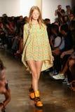 NEW YORK, NY - 10. SEPTEMBER: Ein Modell geht die Rollbahn an der Jeremy Scott-Modeschau Stockfotos