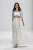 NEW YORK, NY - 9. SEPTEMBER: Ein Modell geht die Rollbahn an der Modeschau Badgley Mischka Stockbilder