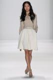 NEW YORK, NY - 9. SEPTEMBER: Ein Modell geht die Rollbahn an der Modeschau Badgley Mischka Lizenzfreies Stockfoto