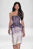 NEW YORK, NY - 9. SEPTEMBER: Ein Modell geht die Rollbahn an der Modeschau Badgley Mischka Stockfoto