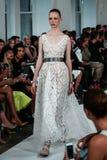 NEW YORK, NY - 9. SEPTEMBER: Ein Modell geht die Rollbahn an der Oscar De La Renta-Modeschau Lizenzfreie Stockfotos