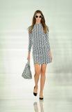 NEW YORK, NY - 12. SEPTEMBER: Ein Modell geht die Rollbahn an der Ralph Lauren-Modeschau Stockbild