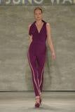 NEW YORK, NY - 6. SEPTEMBER: Ein Modell geht die Rollbahn an der Sohn-Jung Wan Spring-Modeschau 2015 Stockfotos