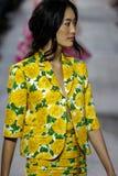 NEW YORK, NY - 10. SEPTEMBER: Ein Modell geht die Rollbahn an Modekollektion Michael Kors Springs 2015 Lizenzfreie Stockbilder