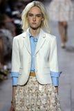 NEW YORK, NY - 10. SEPTEMBER: Ein Modell geht die Rollbahn an Modekollektion Michael Kors Springs 2015 Lizenzfreies Stockfoto