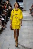 NEW YORK, NY - 10. SEPTEMBER: Ein Modell geht die Rollbahn an Modekollektion Michael Kors Springs 2015 Stockbild