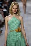 NEW YORK, NY - 10. SEPTEMBER: Ein Modell geht die Rollbahn an Modekollektion Michael Kors Springs 2015 Stockbilder