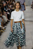 NEW YORK, NY - 10. SEPTEMBER: Ein Modell geht die Rollbahn an Modekollektion Michael Kors Springs 2015 Lizenzfreie Stockfotos