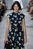 NEW YORK, NY - 10. SEPTEMBER: Ein Modell geht die Rollbahn an Modekollektion Michael Kors Springs 2015 Stockfoto