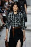 NEW YORK, NY - 10. SEPTEMBER: Ein Modell geht die Rollbahn an Modekollektion Michael Kors Springs 2015 Stockfotos