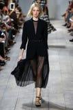 NEW YORK, NY - 10. SEPTEMBER: Ein Modell geht die Rollbahn an Modekollektion Michael Kors Springs 2015 Lizenzfreies Stockbild