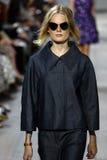NEW YORK, NY - 10. SEPTEMBER: Ein Modell geht die Rollbahn an Modekollektion Michael Kors Springs 2015 Stockfotografie