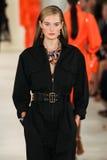 NEW YORK, NY - 11. SEPTEMBER: Ein Modell geht die Rollbahn an Modekollektion Ralph Lauren Springs 2015 Lizenzfreie Stockfotos