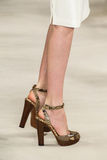 NEW YORK, NY - 11. SEPTEMBER: Ein Modell geht die Rollbahn an Modekollektion Ralph Lauren Springs 2015 Lizenzfreies Stockfoto