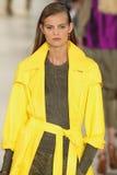 NEW YORK, NY - 11. SEPTEMBER: Ein Modell geht die Rollbahn an Modekollektion Ralph Lauren Springs 2015 Lizenzfreie Stockfotografie