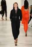 NEW YORK, NY - 11. SEPTEMBER: Ein Modell geht die Rollbahn an Modekollektion Ralph Lauren Springs 2015 Stockfotografie