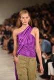 NEW YORK, NY - 11. SEPTEMBER: Ein Modell geht die Rollbahn an Ralph Lauren-Modeschau Lizenzfreies Stockbild