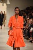 NEW YORK, NY - 11. SEPTEMBER: Ein Modell geht die Rollbahn an Ralph Lauren-Modeschau Lizenzfreies Stockfoto