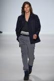 NEW YORK, NY - 4. SEPTEMBER: Ein Modell geht die Rollbahn an Richard Chai Love Spring-Modeschau 2015 Lizenzfreies Stockbild