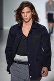 NEW YORK, NY - 4. SEPTEMBER: Ein Modell geht die Rollbahn an Richard Chai Love Spring-Modeschau 2015 lizenzfreies stockfoto
