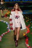 NEW YORK, NY - 8. SEPTEMBER: Ein Modell geht die Rollbahn an Tommy Hilfiger Womens Modeschau Lizenzfreie Stockbilder