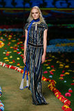 NEW YORK, NY - 8. SEPTEMBER: Ein Modell geht die Rollbahn an Tommy Hilfiger Womens Modeschau Lizenzfreies Stockfoto
