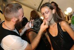 NEW YORK, NY - 6. SEPTEMBER: Ein Modell hat ihre Make-up getane Bühne hinter dem Vorhang bei Venexiana stockfotografie