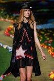 NEW YORK, NY - 8. SEPTEMBER: Ella Richards geht die Rollbahn an Tommy Hilfiger Womens Modeschau Lizenzfreies Stockbild