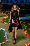 NEW YORK, NY - 8. SEPTEMBER: Ella Richards geht die Rollbahn an Tommy Hilfiger Womens Modeschau Stockfotografie