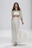NEW YORK NY - SEPTEMBER 09: En modell går landningsbanan på den Badgley Mischka modeshowen Arkivbilder
