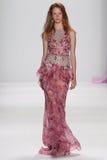 NEW YORK NY - SEPTEMBER 09: En modell går landningsbanan på den Badgley Mischka modeshowen royaltyfri fotografi