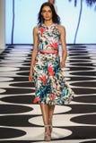 NEW YORK NY - SEPTEMBER 05: En modell går landningsbanan på den Nicole Miller Spring modeshowen 2015 arkivbild