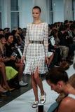 NEW YORK NY - SEPTEMBER 09: En modell går landningsbanan på den Oscar De La Renta modeshowen Royaltyfria Bilder
