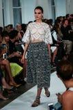 NEW YORK NY - SEPTEMBER 09: En modell går landningsbanan på den Oscar De La Renta modeshowen Arkivfoto