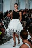 NEW YORK NY - SEPTEMBER 09: En modell går landningsbanan på den Oscar De La Renta modeshowen Arkivfoton