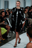 NEW YORK NY - SEPTEMBER 09: En modell går landningsbanan på den Oscar De La Renta modeshowen Arkivbilder