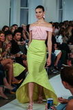 NEW YORK NY - SEPTEMBER 09: En modell går landningsbanan på den Oscar De La Renta modeshowen Royaltyfri Foto