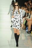 NEW YORK NY - SEPTEMBER 12: En modell går landningsbanan på den Ralph Lauren modeshowen Royaltyfria Bilder