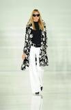 NEW YORK NY - SEPTEMBER 12: En modell går landningsbanan på den Ralph Lauren modeshowen Royaltyfri Foto