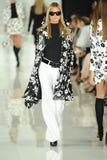 NEW YORK NY - SEPTEMBER 12: En modell går landningsbanan på den Ralph Lauren modeshowen Royaltyfri Bild
