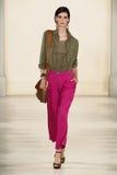 NEW YORK NY - SEPTEMBER 11: En modell går landningsbanan på den Ralph Lauren Spring 2015 modesamlingen Royaltyfri Bild