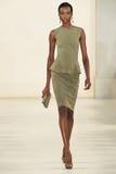 NEW YORK NY - SEPTEMBER 11: En modell går landningsbanan på den Ralph Lauren Spring 2015 modesamlingen Royaltyfri Foto